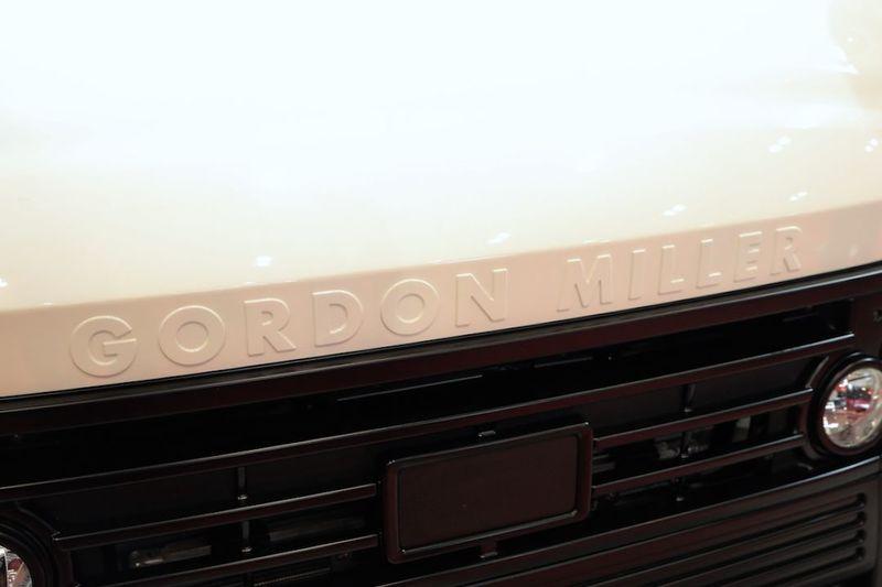 ボンネットにはGORDON MILLERのブランドロゴ