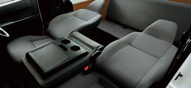 「マツダ ボンゴブローニイバン GL(2WD)」フロントシート(運転席、助手席リクライニング時)