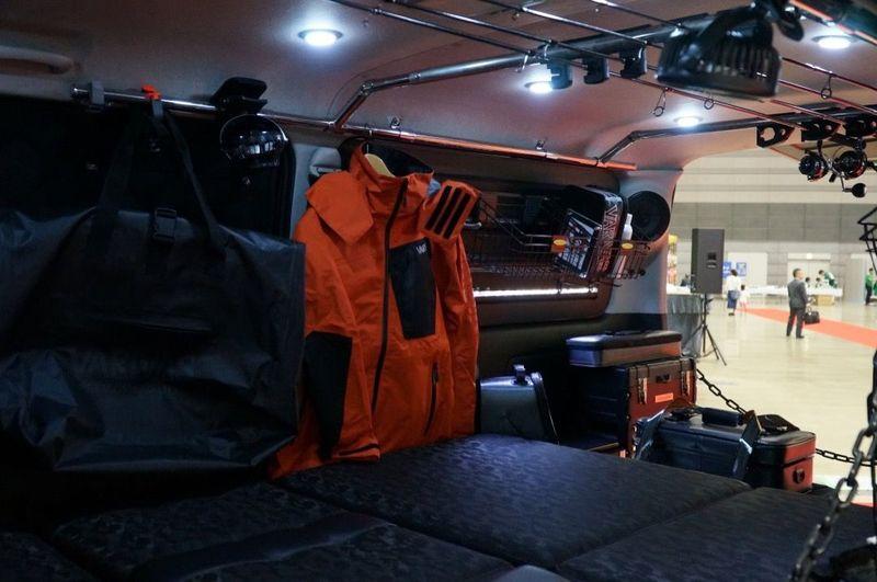 増設された明るいルームランプ VARIVASテスター監修のフィッシングハイエース|200 HIACE NEEDSBOX VanLife