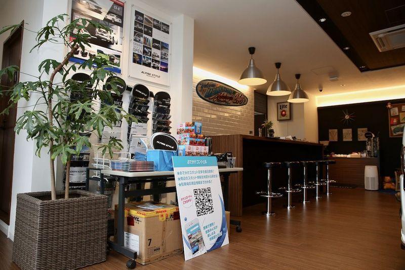 アルパインスタイル横浜246 気軽に立ち寄れるカウンター 開放的なデザインの店内