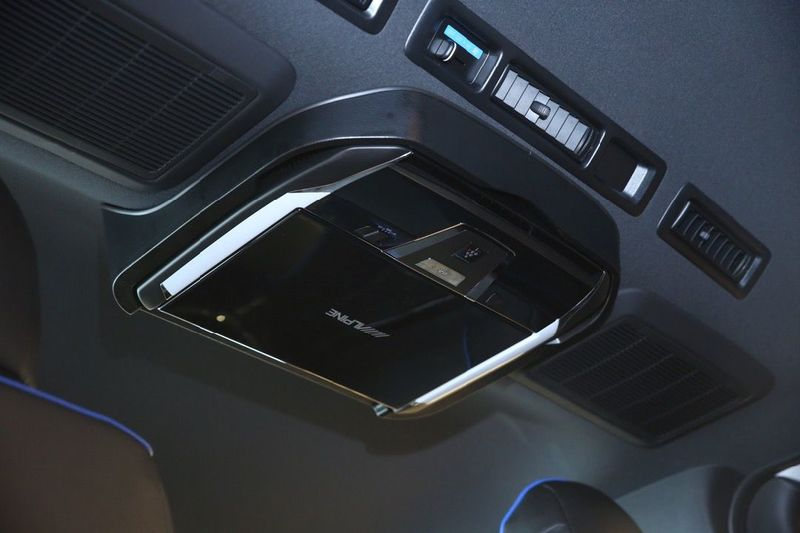 閉じているときもスッキリしたデザイン。プラズマクラスター機能で車内の空気清浄も行えます