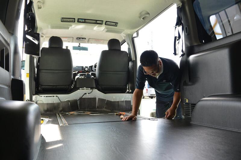 重く汚れた道具を運ぶトランポは床張りの施工がとても重要