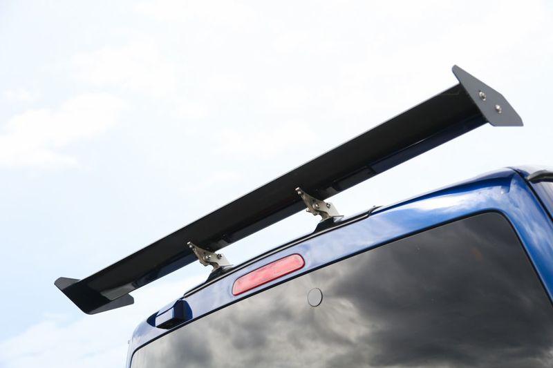 GTスタイルのカスタムハイエース スポーティーなリアウイング