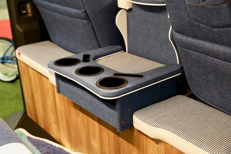 運転席と2列目シートの間のコンソールCRAFTPLUS デニムコンプリート オートサロン2018