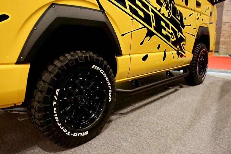 四角いオーバーフェンダーとごついタイヤ エクストリーム4WDハイエース CRS/ESSEX オートサロン2018