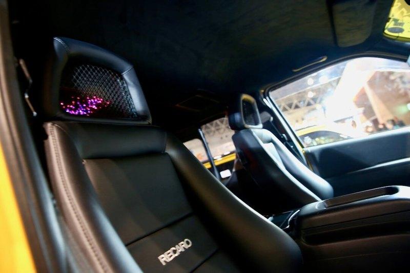 レカロシートにメッシュタイプのヘッドレスト。CRS/ESSEX エクストリーム4WDハイエース オートサロン2018