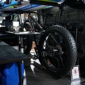 NEEDBOX社カスタマイズのハイエース。 オートサロン2016年の出展車輌。 自転車、サーフボード、釣り道具などが詰め込める。 フロアはチェッカーメタルで汚れても平気。