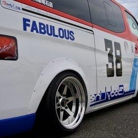 Body LineカスタムNV350キャラバン  日産 キャラバン  トリコロールカラー  ホイール・タイヤ スーパーカーニバル2016出展車両