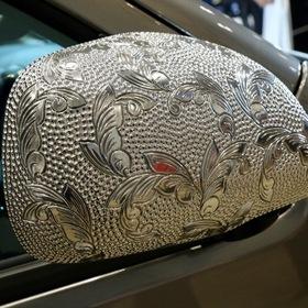 KUHL(クール)&KITZ(キッツ)のカスタムハイエースHIACE BADLOOK  サイドミラーにはきらびやかな装飾の付いたカバー 東京オートサロン2017出展車両