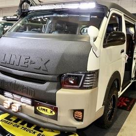 LINE-X Auto Japan(ラインエックス オート)カスタムハイエース  車両名:ハイエース LINE-Xカスタム ベース車両:TOYOTA | ハイエース  エアロ:flexdream】×【LINE-X】スペシャル  ホイール:MKW MK85 足まわり:flexdream × Keep Slant リフトアップサスペンション 東京オートサロン2017出展車両  リフトアップの四駆仕様で、アウトドアでも大活躍!