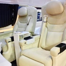 BLUME  車両名:ロイヤルラウンジ  ベース車両:TOYOTA   ハイエース  シート:BLUMEマッサージ機能付キャプテンシート 東京オートサロン2017出展車両