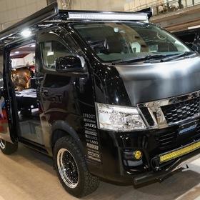 "NEEDSBOX TEAM NV""GO FOR IT""CARAVAN  ベース車両:NISSAN | NV350キャラバン エアロ:NEEDSBOX SKID BAR、ESSEXオーバーフェンダー、NEEDSBOXマッドガード、1BOXNETWORKLEDバルブセット ホイール:ESSEX ENCB(F・R 17×7.5J +23) 東京オートサロン2017出展車両"