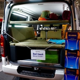 UI VEHICLEカスタムのハイエース。 オートサロン2016年の出展車両。 アウトドア用のカスタマイズでアースカラーの内装がワクワクさせる。テーブル、ソファを組み合わせてテーブルでの食事から車中泊まで幅広く使える。