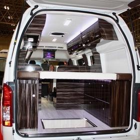 ATV群馬のキャンピングカー「RSプレミアム」 広い空間にアレンジできるシートや収納、ソーラーパネル、キッチン、換気扇などフル装備の高級感のあるハイエースベースのキャンピングカー。 ベース車:ハイエーススーパーロング キャンピングカーショー2017出展車両