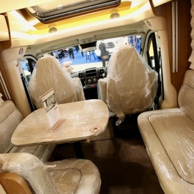 RVランド  ベース車両:フィアット デュカト  RVランドが販売するドイツ・ハイマー社の「Tramp SL554 」  ハイエースよりも大きなフィアット デュカトに豪華装備が施されている。  キャンピングカーショー2017出展車両