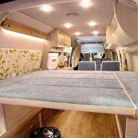 ティーピーアウトドアデザイン 車両:トヨタレジアスエース  ティーピーアウトドアデザインのハイエースベースのキャンピングカー 爽やかなカラーリングの内装。アレンジできるリビングシート、ベッドキット。 キャンピングカーショー2017出展車両