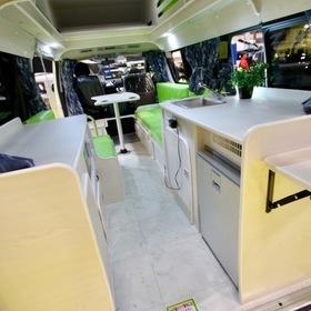 アールブイ・ビックフット ベース車両:ハイエース  アールブイ・ビックフットのハイエースをベースとしたキャンピングカー「スイングW 4.7」 スーパーハイルーフ架装で室内高 1.8m。立ったまま着替えたり歩ける居住空間。 キャンピングカーショー2017出展車両