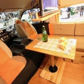 カトーモーター DD(ディーディー)  ベース車両:ハイエース   カトーモーターのハイエースをベースとしたキャンピングカー「DD(ディーディー)」 ダブルデルスタイルという架装&オリジナルハイルーフ『クイーンハット』で広々とした車内空間。内装には職人が作り出す木工家具を使用。 キャンピングカーショー2017出展車両