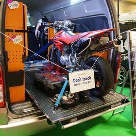 UIVEHICLE ユーアイビークル 「JOBACE マルチシステムラックタイプ」 ベース車両:ハイエース200系  UIVEHICLEのコンプリートカー「JOBACE マルチシステムラックタイプ」。 専用のマルチシステムラック、バイクを固定できるスライドフロアを装備。 大阪オートメッセ2017 出展車両