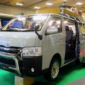CRAFTPLUS クラフトプラス 「デニムコンプリート」 ベース車両:ハイエース200系  CRAFTPLUSのコンプリートカー「デニムコンプリート」。 デニムは岡山・児島デニムを使用し、空がが触れる部分は色を落ちを考慮してソファ用で製作。 大阪オートメッセ2017 出展車両
