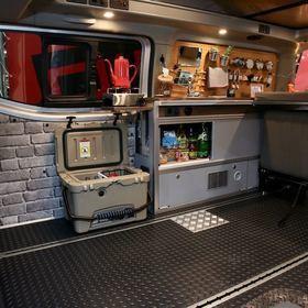 RIW350(リュウ サンゴーマル)の車内  ビルダーANNEX RIW  車両タイプバンコン キャンピングカー  ベース車NV350キャラバンバン5ドアDX  乗車定員7名 就寝定員 5名  ジャパンキャンピングカーショーにて